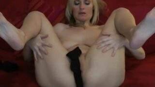 Dirty Tina befriedigt ihr feuchtes Pussyloch und spritzt zum Orgasmus