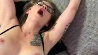 Geiles Teen Queen Kedi lässt sich im Nutten Outfit ficken bis ihre Muschi explodiert